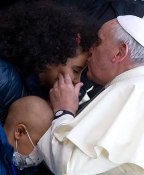 >>>ANSA/PAPA: VISITA BAMBIN GESU', L'ABBRACCIO AI PICCOLI RICOVERATI