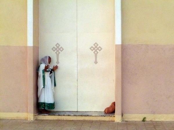 Asmara, Chiesa ortodossa, donna sulla porta principale
