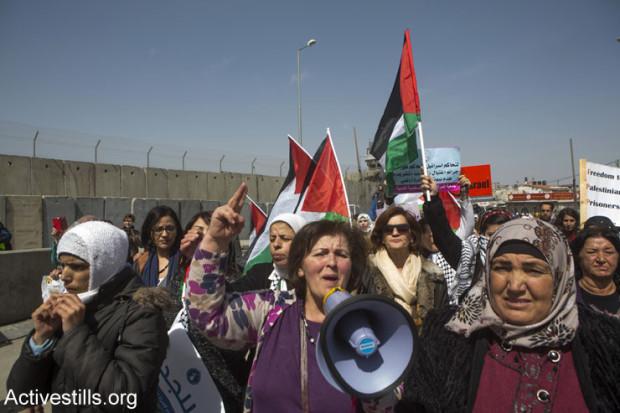 Women demonstration, Qalandiya checkpoint, West Bank, 7.3.2015