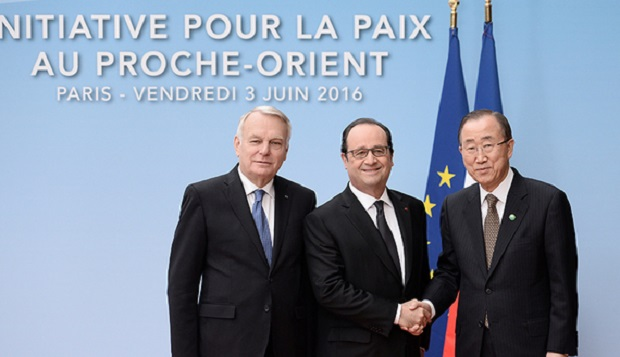 (L to R) French Foreign minister Jean-Marc Ayrault, French President Francois Hollande and United Nations Secretary General Ban Ki-moon pose prior to an international and interministerial conference in a bid to revive the Israeli-Palestinian peace process, in Paris, France, June 3, 2016.   REUTERS/Stephane de Sakutin/Pool - RTX2FHFG