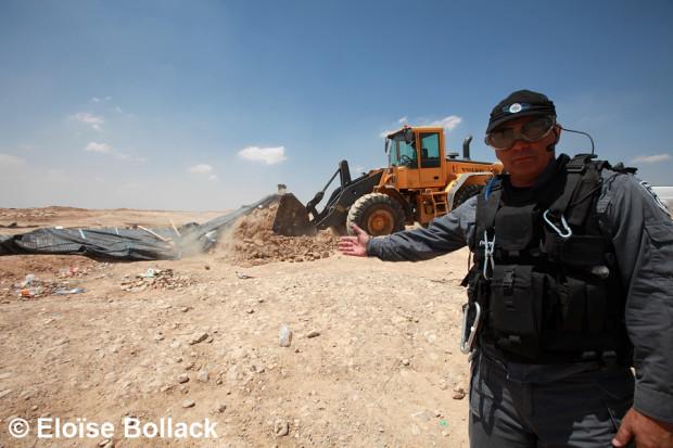 Le village d'Al Araqib était partiellement détruit pour la 56e fois le 26 aout 2013. Des inspecteurs de l'administration civile accompagnés d'une quarantaine de policiers anti-émeute ont entouré le village pendant que deux bulldozers détruisaient trois tentes.