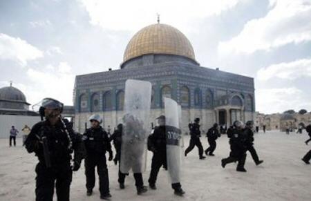 Coloni estremisti e agenti dei servizi segreti israeliani fanno irruzione ad Al Aqsa