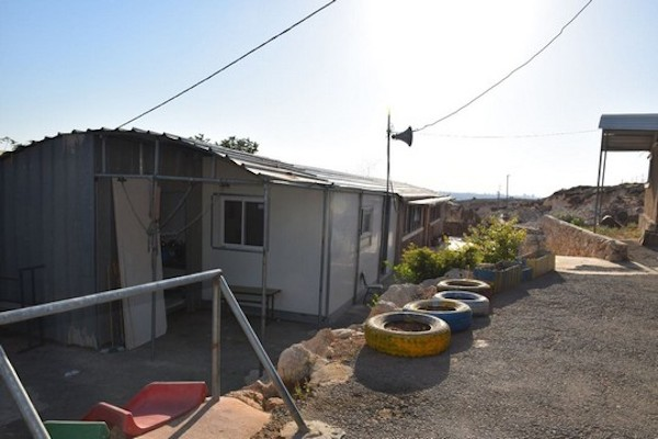 La sostanziale differenza tra le scuole israeliane e arabe sullo stesso lato del muro