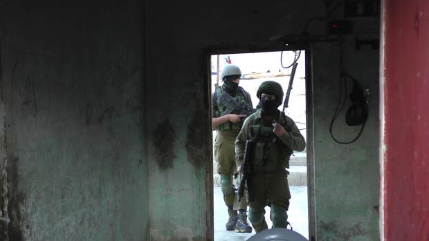 Soldati israeliani impediscono ai pastori palestinesi di pascolare sulla propria terra e fanno irruzione nel villaggio di at-tuwani
