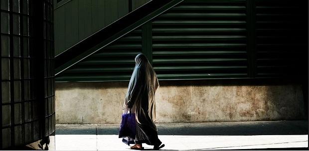 Una donna musulmana è stata bruciata a New York. Ora uscire richiede coraggio