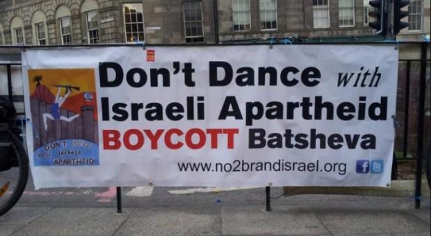 Il musicista Brian Eno, a seguito della sua pubblica uscita a sostegno del BDS, risponde così alle critiche di antisemitismo che gli ha rivolto …….