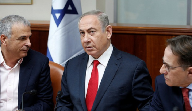 Israeli Prime Minister Benjamin Netanyahu (C) attends the weekly cabinet meeting in Jerusalem January 22, 2017. REUTERS/Ronen Zvulun - RTSWSD2