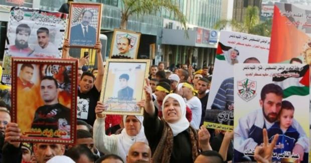 Protesta dei familiari dei prigionieri palestinesi a Nablus. (Foto: Reuters)
