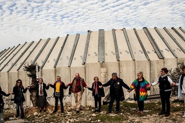 Bethlehem, si prova ad accerchiare il Muro a Beit Jala