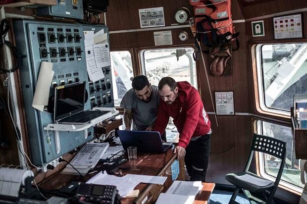Una battaglia navale vista dalla cucina della open arms for Costruito nella cabina della cucina